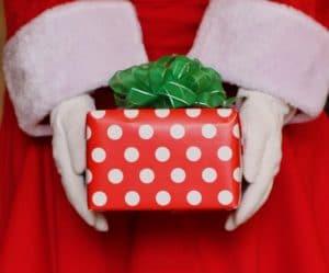Cadeau de Noël dans les mains du Père-Noël
